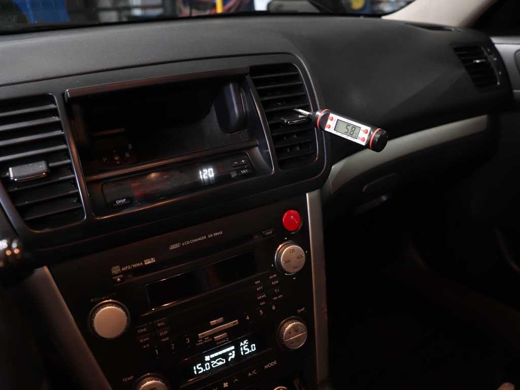 Проверяем исправность автокондиционера на Субару. Минимальная температура на выходе из воздуховодов соответствует норме. Придраться не к чему.