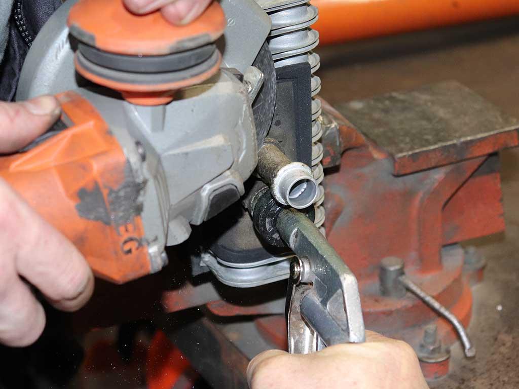 При отрезании патрубка обязательно дуем воздухом в соседний. Иначе абразив от диска  попадет в систему.