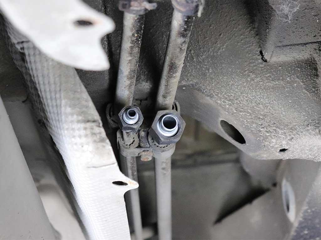 Трубки, которые идут в сторону мотора.